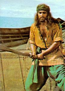 Sandokan con un indumento simile al pigiama